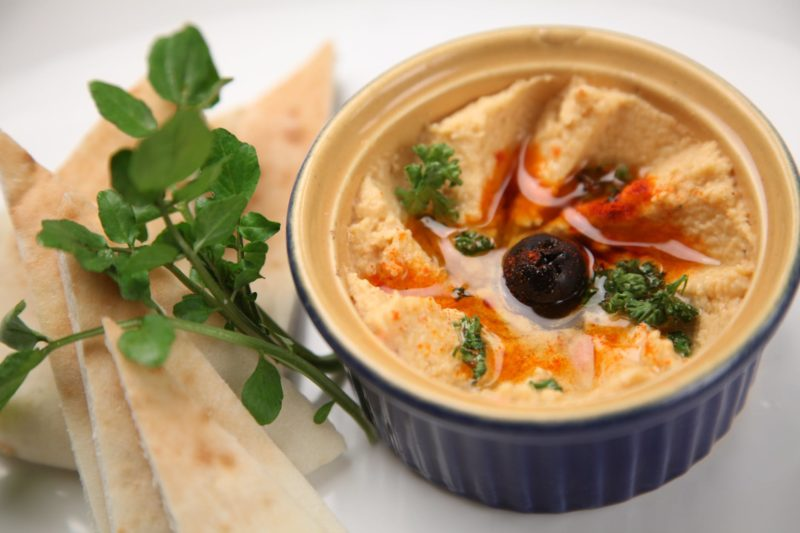 Eat-while-traveling-as-a-vegan-hummus-dip-Athelio